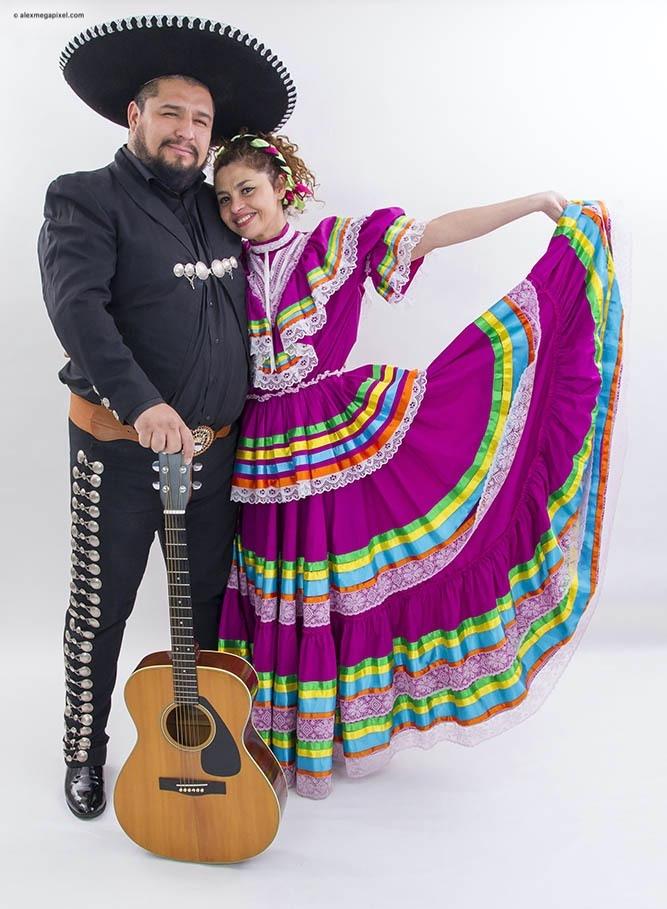 mariachi con guitarra y tequila